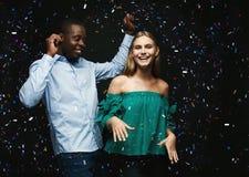 Jeunes couples célébrant l'anniversaire à la boîte de nuit Images stock