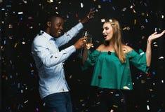 Jeunes couples célébrant l'anniversaire à la boîte de nuit Image stock