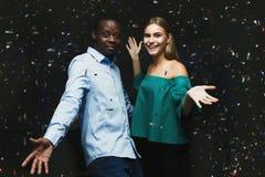 Jeunes couples célébrant l'anniversaire à la boîte de nuit Photographie stock