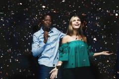 Jeunes couples célébrant l'anniversaire à la boîte de nuit Photos stock