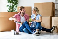 Jeunes couples célébrant le déplacement à la nouvelle maison photo stock