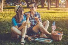 Jeunes couples célébrant le Jour de la Déclaration d'Indépendance de l'Amérique Image libre de droits