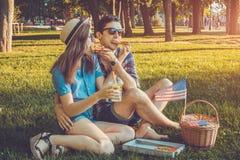 Jeunes couples célébrant le Jour de la Déclaration d'Indépendance de l'Amérique Photos stock