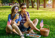 Jeunes couples célébrant le Jour de la Déclaration d'Indépendance de l'Amérique Photographie stock libre de droits