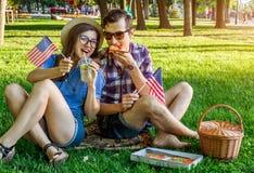 Jeunes couples célébrant le Jour de la Déclaration d'Indépendance de l'Amérique Images stock