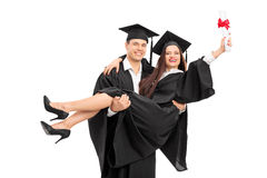 Jeunes couples célébrant leur obtention du diplôme Photo libre de droits
