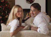 Jeunes couples célébrant Noël ensemble Photos stock