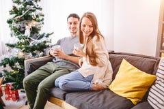 Jeunes couples célébrant Noël Histoire d'amour de vacances Image libre de droits