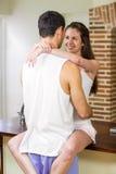 Jeunes couples caressant sur le plan de travail de cuisine Image stock
