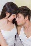 Jeunes couples caressant sur le sofa image libre de droits