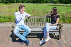 Jeunes couples caucasiens attrayants appelle le mobile Image libre de droits