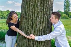 Jeunes couples caucasiens attrayants dans l'amour tenant des mains autour de t Image stock