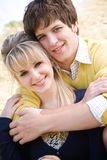 Jeunes couples caucasiens dans l'amour Image libre de droits