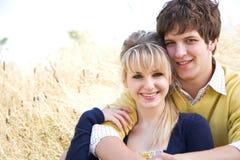 Jeunes couples caucasiens dans l'amour photographie stock libre de droits