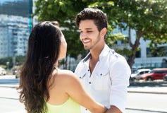Jeunes couples caucasiens dans l'amour dans la ville Images libres de droits