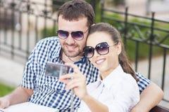 Jeunes couples caucasiens dans l'amour se reposant sur le banc Image libre de droits