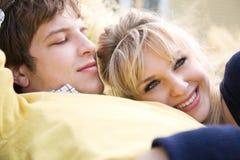 Jeunes couples caucasiens de détente dans l'amour photos libres de droits