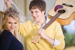Jeunes couples caucasiens extérieurs Images stock