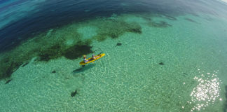 Jeunes couples caucasiens kayaking en mer chez les Maldives photographie stock