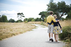 Jeunes couples caucasiens marchant en stationnement image stock