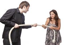 Jeunes couples caucasiens remorquant une corde entre eux Concept de séparation et de divorce photo libre de droits