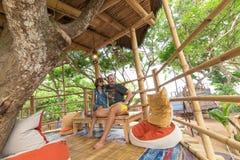 Jeunes couples caucasiens romantiques heureux dans le belvédère sur l'arbre, île tropicale de Bali, Indonésie Lune de miel de vac Photo stock