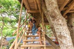 Jeunes couples caucasiens romantiques heureux dans le belvédère sur l'arbre, île tropicale de Bali, Indonésie Lune de miel de vac Photographie stock libre de droits