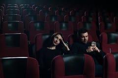 Jeunes couples caucasiens se reposant dans la salle de cinéma Photo libre de droits