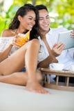 Jeunes couples causant avec des amis tandis qu'en vacances Images stock