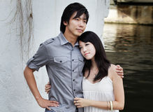 Jeunes couples chinois la datte romantique par le fleuve Photographie stock