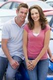 Jeunes couples choisissant le véhicule neuf Photos libres de droits