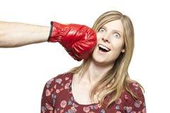 Jeunes couples combattant avec le sourire de gants de boxe Images libres de droits