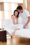 Jeunes couples composant après une ligne Image stock