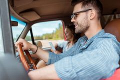 jeunes couples conduisant la voiture pendant photos libres de droits