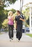 Jeunes couples courant sur la rue Images libres de droits