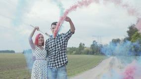 Jeunes couples créant le coeur de fumée en nature clips vidéos