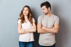 Jeunes couples déçus se tenant avec des bras pliés image libre de droits