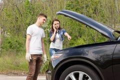 Jeunes couples décomposés sur le côté d'une route Image libre de droits