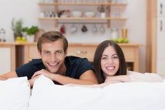 Jeunes couples décontractés heureux à la maison Photographie stock libre de droits