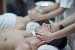 Jeunes couples décontractés obtenant le massage dans la station thermale Photo stock