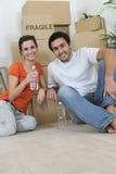 Jeunes couples déménageant dedans ensemble Photo stock
