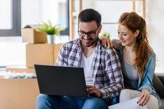 Jeunes couples déménageant la maison neuve Concept du logement pour la jeune famille photo stock