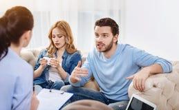 Jeunes couples déprimés ayant un rendez-vous avec un psychologue Photographie stock libre de droits