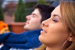 Jeunes couples détendant à l'extérieur Image libre de droits