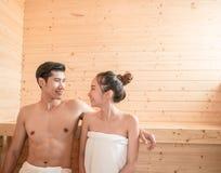 Jeunes couples détendant à l'intérieur d'un sauna Photographie stock