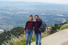 Jeunes couples détendant dans la campagne dans les montagnes Image stock