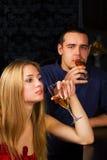 Jeunes couples détendant dans un bar. Photo stock