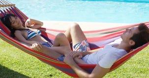 Jeunes couples détendant dans un hamac Photo stock