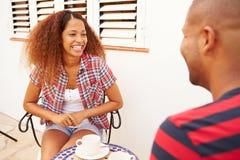 Jeunes couples détendant dehors et café potable Photos libres de droits