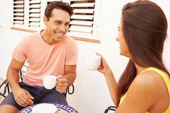 Jeunes couples détendant dehors et café potable Photos stock